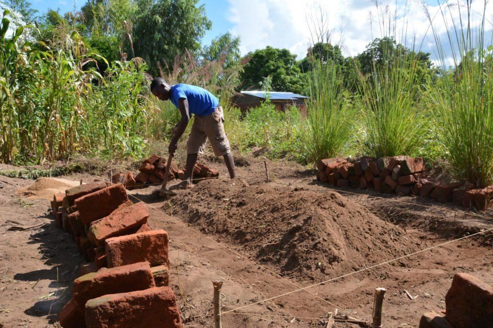 M12_DESWOS_Learning by doing – Praxisunterricht der Maurerlehrlinge auf den Baustellen der Trockentrenntoiletten_Malawi